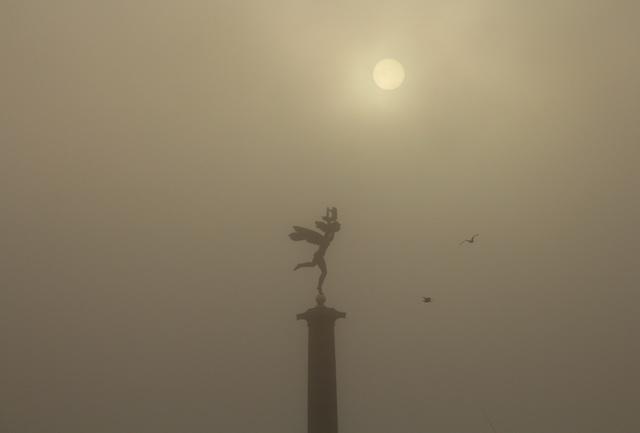 Fotograf i Helsingborg - statyn i hamnen en dimmig morgon i Helsingborg