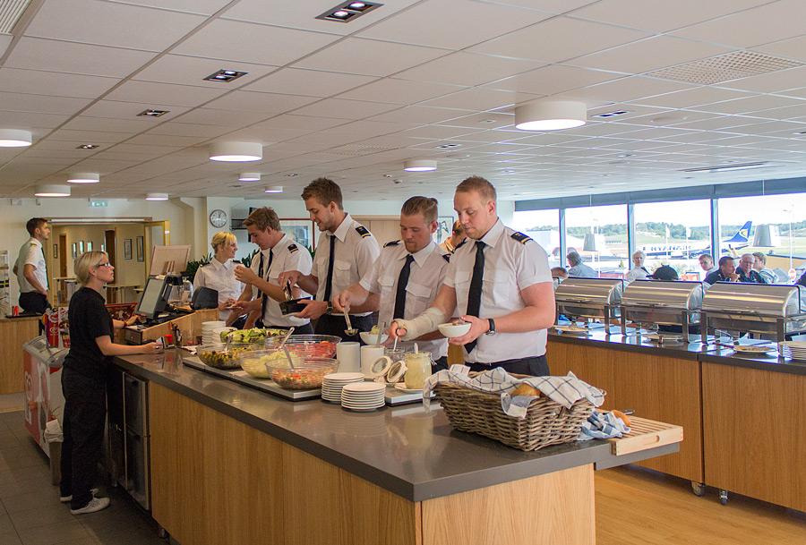 Pilotskola äter lunch