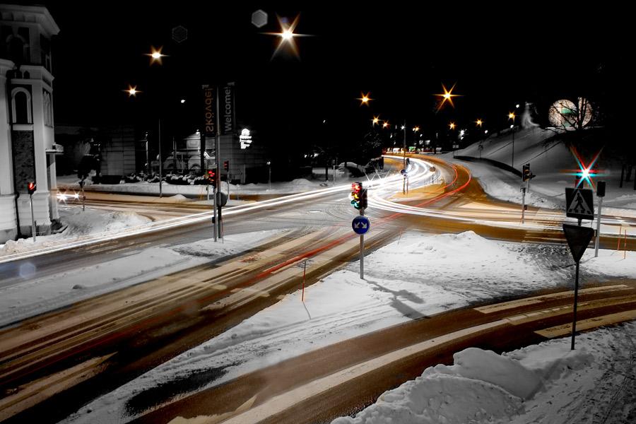 Nattfotografering av en trafikkorsning i staden