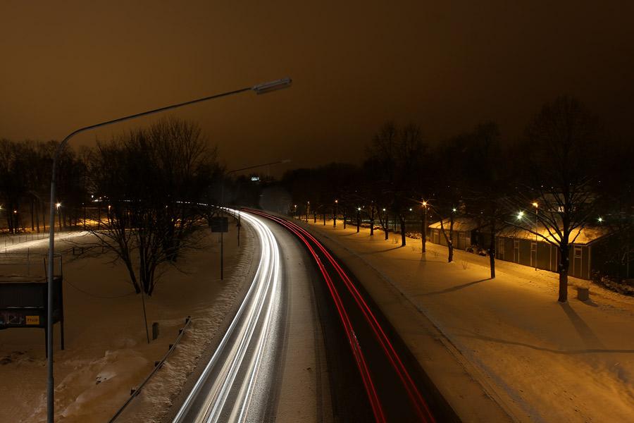 Nattfotografering av trafik. Lång exponeringstid.