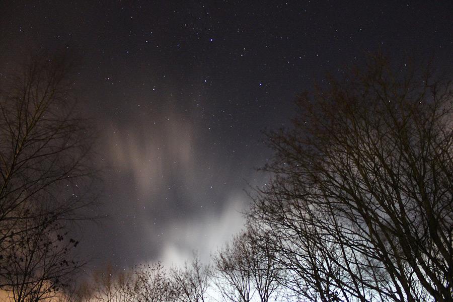 Nattfoto av moln och stjärnor