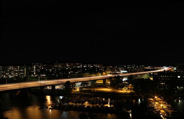 Nattfoto i Stockholm över Essingebron.