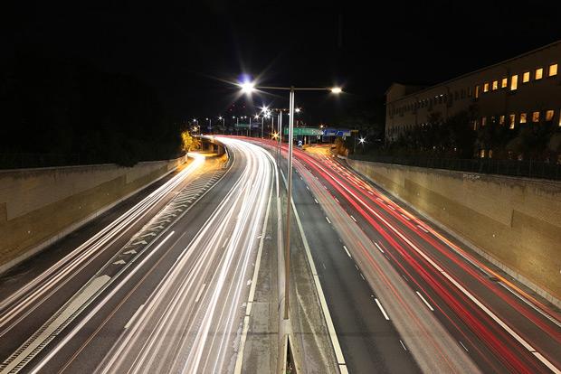 Nattfoto i Stockholm över en bro på Kungsholmen
