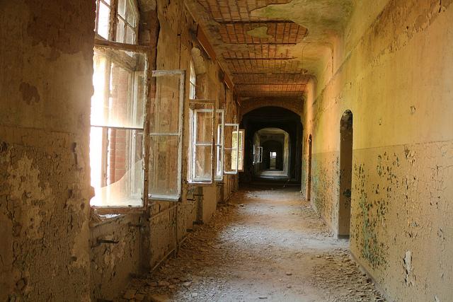 En korridor med öppna fönster på den övergivna platsen frauenklinik.
