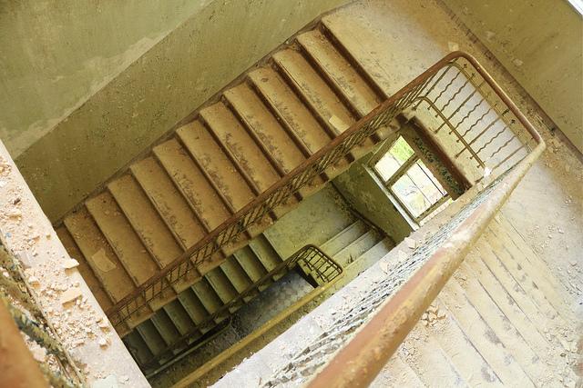 En trappa i den övergivna frauenklinik i Beelitz-Heilstätten.
