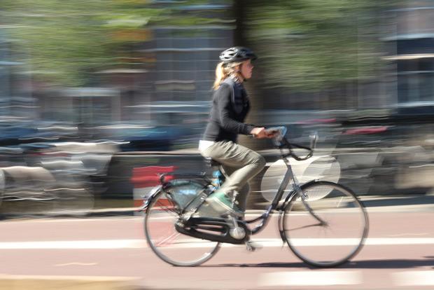 En cykeltjej i Amsterdam. Från weekendsresa Amsterdam 2013