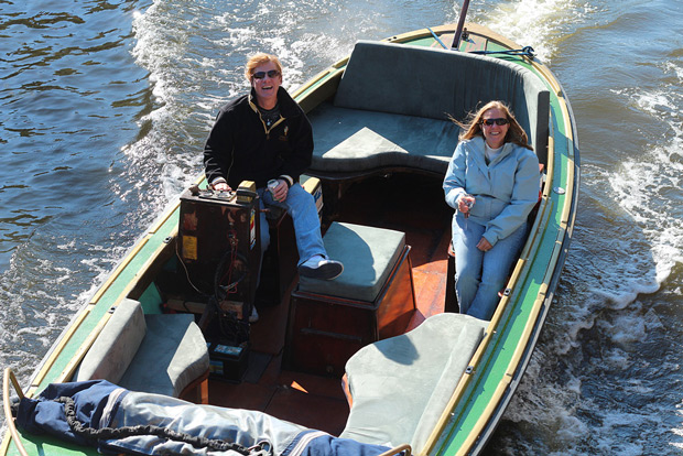 Glada människor firar weekend i en båt i Amsterdam
