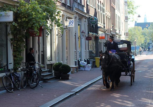 Glada människor på en gata i Amsterdam