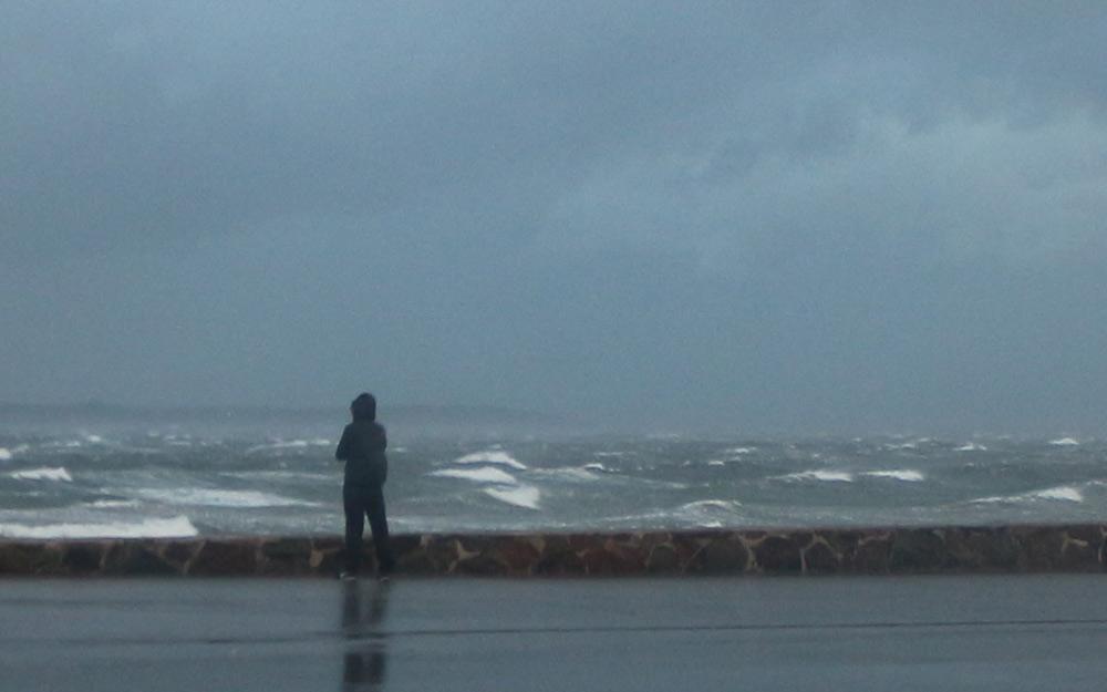 Höststormen Simone drar in över Öresund.