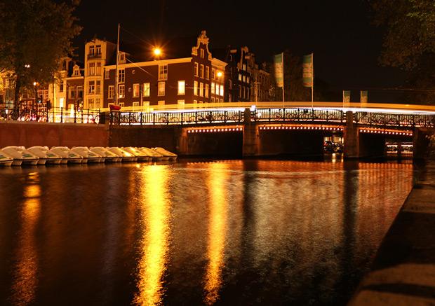 Bro över Prinsengracht kanal i Amsterdam - foto från weekendresan.